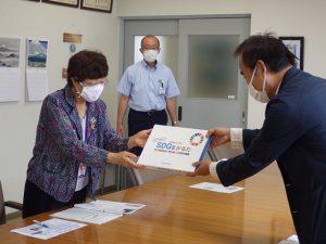 「SDGsかるた」寄贈 ヤマネ・いきもの研究所
